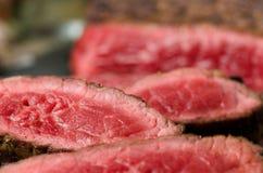 Τεμαχισμένη ψημένη βόειο κρέας μπριζόλα κοντά επάνω στοκ φωτογραφίες με δικαίωμα ελεύθερης χρήσης