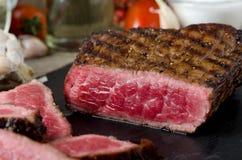 Τεμαχισμένη ψημένη βόειο κρέας μπριζόλα στοκ φωτογραφία