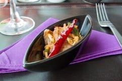 Τεμαχισμένη ψημένη στη σχάρα σαλάτα βόειου κρέατος στα επιτραπέζια τρόφιμα, επιτραπέζια πετσέτα Στοκ φωτογραφία με δικαίωμα ελεύθερης χρήσης