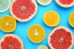 Τεμαχισμένοι γκρέιπφρουτ, λεμόνι, ασβέστης και πορτοκάλι στον μπλε ξύλινο πίνακα, στοκ φωτογραφία με δικαίωμα ελεύθερης χρήσης