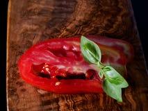 Τεμαχισμένοι ντομάτα και βασιλικός στοκ εικόνες