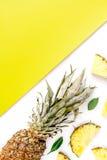 Τεμαχισμένος ανανάς στο εξωτικό θερινών φρούτων σχεδίου κίτρινο άσπρο πρότυπο άποψης υποβάθρου τοπ Στοκ Εικόνα
