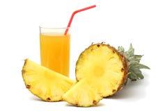 Τεμαχισμένος ώριμος ανανάς με το χυμό που απομονώνεται στο λευκό στοκ εικόνα με δικαίωμα ελεύθερης χρήσης