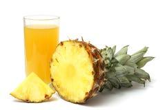 Τεμαχισμένος ώριμος ανανάς με το χυμό που απομονώνεται στο λευκό στοκ εικόνες με δικαίωμα ελεύθερης χρήσης