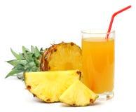Τεμαχισμένος ώριμος ανανάς με το χυμό που απομονώνεται στο λευκό στοκ φωτογραφία με δικαίωμα ελεύθερης χρήσης