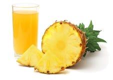 Τεμαχισμένος ώριμος ανανάς με το χυμό στο λευκό στοκ εικόνα με δικαίωμα ελεύθερης χρήσης
