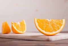 Τεμαχισμένος ώριμος ορεκτικός εύγευστος πορτοκαλής καφετής πίνακας Στοκ εικόνα με δικαίωμα ελεύθερης χρήσης