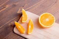 Τεμαχισμένος ώριμος ορεκτικός εύγευστος πορτοκαλής καφετής πίνακας στοκ εικόνες με δικαίωμα ελεύθερης χρήσης