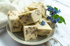 Τεμαχισμένο άσπρο halva, sorbet καρυδιών αμυγδάλων που διακοσμείται με τα μπλε λουλούδια  στοκ εικόνες με δικαίωμα ελεύθερης χρήσης