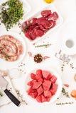 Τεμαχισμένο ακατέργαστο κρέας Η διαδικασία forcemeat με τη βοήθεια ενός μηχανή κοπής κιμά σπιτικό λουκάνικο Στοκ εικόνες με δικαίωμα ελεύθερης χρήσης