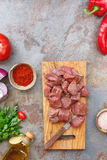 Τεμαχισμένο ακατέργαστο κρέας με τα λαχανικά και τα χορτάρια, έτοιμα να μαγειρεψουν Στοκ Φωτογραφία