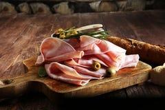 Τεμαχισμένο ζαμπόν στο ξύλινο υπόβαθρο φρέσκο prosciutto Ζαμπόν χοιρινού κρέατος slic Στοκ εικόνες με δικαίωμα ελεύθερης χρήσης