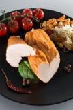 Τεμαχισμένο καπνισμένο στήθος κοτόπουλου στο μαύρο πιάτο με τα λαχανικά επάνω Στοκ φωτογραφίες με δικαίωμα ελεύθερης χρήσης