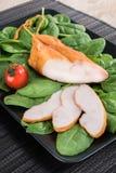 Τεμαχισμένο καπνισμένο στήθος κοτόπουλου στο μαύρο πιάτο με τα λαχανικά επάνω Στοκ εικόνες με δικαίωμα ελεύθερης χρήσης