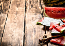 Τεμαχισμένο καρπούζι με ένα τσεκούρι Στοκ Εικόνα
