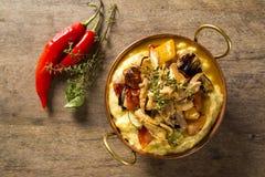 Τεμαχισμένο κοτόπουλο τις πολτοποίηση πατάτες και τα λαχανικά που εξυπηρετούνται με στο τ στοκ φωτογραφίες