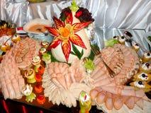 Τεμαχισμένο κρέας στον πίνακα που διακοσμείται με τα φρούτα Στοκ Εικόνα