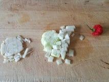 Τεμαχισμένο κρεμμύδι και ένα τσίλι κουδουνιών στοκ εικόνες