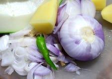 Τεμαχισμένο κρεμμύδι με τα τσίλι & την πατάτα Στοκ Εικόνες