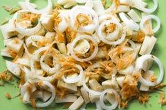 Τεμαχισμένο κρεμμύδι, πατάτες, καρότα με τα καρυκεύματα, κινηματογράφηση σε πρώτο πλάνο στοκ εικόνα