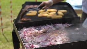 Τεμαχισμένο κρεμμύδι στο καυτό πιάτο και τη σχάρα απόθεμα βίντεο