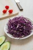 Τεμαχισμένο κόκκινο λάχανο στο πιάτο Στοκ Φωτογραφίες