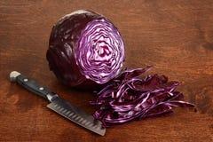 Τεμαχισμένο κόκκινο λάχανο με το μαχαίρι Στοκ εικόνα με δικαίωμα ελεύθερης χρήσης