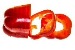 Τεμαχισμένο κόκκινο πιπέρι του Cayenne τσίλι ή τσίλι που απομονώνεται στο άσπρο υπόβαθρο Στοκ Φωτογραφία