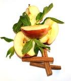 Τεμαχισμένο μήλο, φύλλα μεντών και ραβδιά κανέλας Στοκ Εικόνες