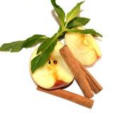 Τεμαχισμένο μήλο, φύλλα μεντών και ραβδιά κανέλας Στοκ φωτογραφία με δικαίωμα ελεύθερης χρήσης