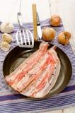 Τεμαχισμένο μπέϊκον με συντριμμένο peppercorn Στοκ εικόνα με δικαίωμα ελεύθερης χρήσης