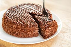 Τεμαχισμένο νόστιμο κέικ σοκολάτας που εξυπηρετείται στο ξύλινο επιτραπέζιο υπόβαθρο Η έννοια διατροφής στάσεων, τελειώνει και το Στοκ εικόνα με δικαίωμα ελεύθερης χρήσης