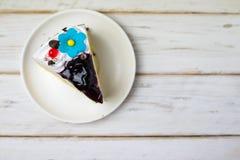 Τεμαχισμένο νόστιμο κέικ στο ξύλινο επιτραπέζιο υπόβαθρο Στοκ φωτογραφίες με δικαίωμα ελεύθερης χρήσης