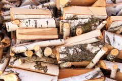 Τεμαχισμένο ξύλο της σημύδας Ξύλινη προετοιμασία για τη θέρμανση Οικολογική θέρμανση του σπιτιού Στοκ εικόνα με δικαίωμα ελεύθερης χρήσης