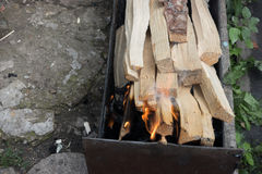 Τεμαχισμένο ξύλο σε mangal Στοκ Εικόνα