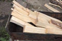 Τεμαχισμένο ξύλο σε mangal Στοκ φωτογραφία με δικαίωμα ελεύθερης χρήσης