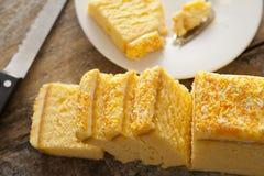 Τεμαχισμένο παγωμένο κέικ σφουγγαριών βανίλιας Στοκ Φωτογραφία