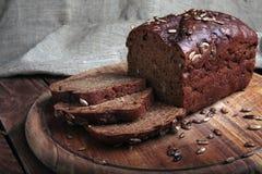 Τεμαχισμένο παραδοσιακό ψωμί σε έναν ξύλινο τέμνοντα πίνακα Στοκ φωτογραφία με δικαίωμα ελεύθερης χρήσης