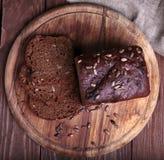 Τεμαχισμένο παραδοσιακό ψωμί σε έναν ξύλινο τέμνοντα πίνακα Στοκ Εικόνες