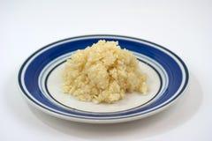 τεμαχισμένο πιάτο σκόρδο&upsil στοκ φωτογραφία με δικαίωμα ελεύθερης χρήσης