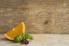 Τεμαχισμένο πορτοκάλι με την κανέλα Στοκ Εικόνες