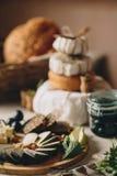 Τεμαχισμένο τυρί σε έναν ξύλινο πίνακα με τη μέντα, το αχλάδι, και το ψωμί Στοκ φωτογραφία με δικαίωμα ελεύθερης χρήσης
