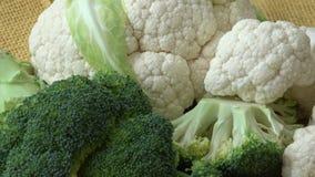 Τεμαχισμένο φρέσκο μπρόκολο, κουνουπίδι, φυτικό τρόφιμα υγιή απόθεμα βίντεο