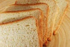 Τεμαχισμένο φρέσκο ψωμί Στοκ φωτογραφία με δικαίωμα ελεύθερης χρήσης