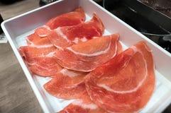 Τεμαχισμένο χοιρινό κρέας που προετοιμάζεται για το ιαπωνικό shabu-Shabu σε έναν άσπρο δίσκο στοκ εικόνα με δικαίωμα ελεύθερης χρήσης
