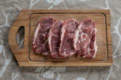 Τεμαχισμένο χοιρινό κρέας στον τέμνοντα πίνακα Στοκ Φωτογραφία