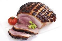 Τεμαχισμένο χοιρινό κρέας ψητού με το τρίξιμο, την ντομάτα και το χορτάρι Στοκ Φωτογραφίες