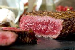 Τεμαχισμένο ψημένο βόειο κρέας πιάτο μπριζόλας κοντά επάνω στοκ εικόνες