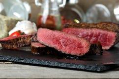 Τεμαχισμένο ψημένο βόειο κρέας σκόρδο μπριζόλας κοντά επάνω στοκ φωτογραφίες