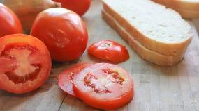Τεμαχισμένο ψωμί και τεμαχισμένη ντομάτα Στοκ φωτογραφίες με δικαίωμα ελεύθερης χρήσης